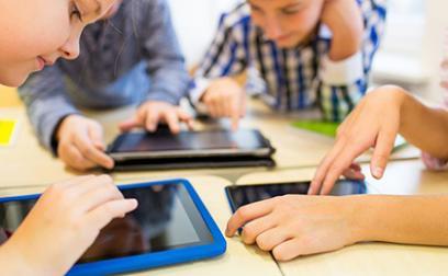 Trẻ sử dụng điện thoại hàng ngày ảnh hưởng nghiêm trọng thế nào đến não?