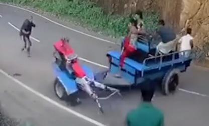 Chiếc xe đang chạy trên đường bỗng dưng bị 'ma nhập'