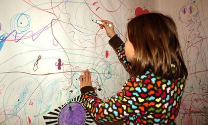 Vết bẩn trên tường nhà do con trẻ vẽ bậy sẽ bị 'đánh bật' bởi chùm mẹo vặt dưới đây