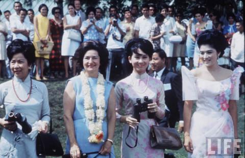 Bà Tuyết Mai (thứ 2 từ phải qua) cùng phu nhân các Tổng thống Mỹ, VNCH, Philippine.