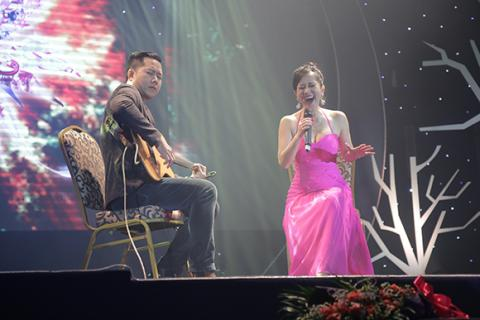 Hồng Nhung phấn khích lao xuống sân khấu hát cùng khán giả Hong-nhung-phan-lao-xuong-san-khau-hat-cung-khan-gia001-ngoisao.vn