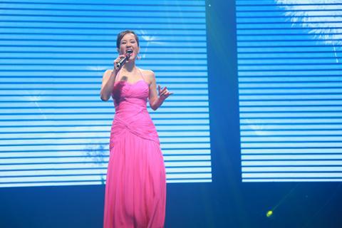 Hồng Nhung phấn khích lao xuống sân khấu hát cùng khán giả Hong-nhung-phan-lao-xuong-san-khau-hat-cung-khan-gia002-ngoisao.vn