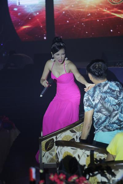 Hồng Nhung phấn khích lao xuống sân khấu hát cùng khán giả Hong-nhung-phan-lao-xuong-san-khau-hat-cung-khan-gia004-ngoisao.vn