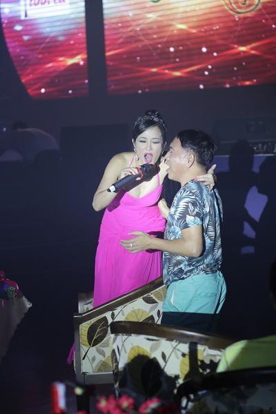 Hồng Nhung phấn khích lao xuống sân khấu hát cùng khán giả Hong-nhung-phan-lao-xuong-san-khau-hat-cung-khan-gia005-ngoisao.vn
