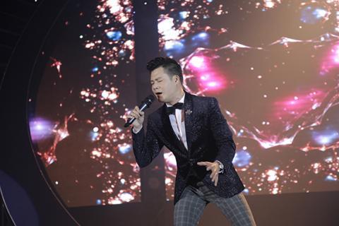 Hồng Nhung phấn khích lao xuống sân khấu hát cùng khán giả Hong-nhung-phan-lao-xuong-san-khau-hat-cung-khan-gia006-ngoisao.vn