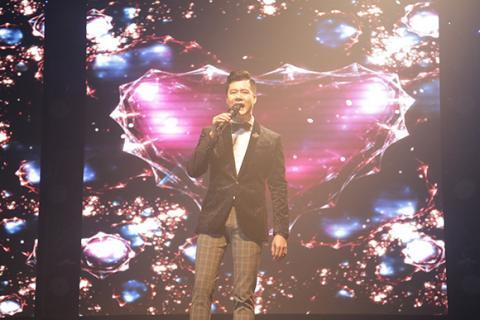 Hồng Nhung phấn khích lao xuống sân khấu hát cùng khán giả Hong-nhung-phan-lao-xuong-san-khau-hat-cung-khan-gia007-ngoisao.vn
