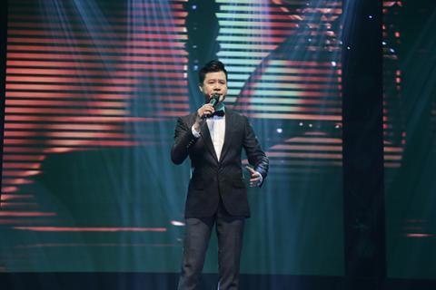 Hồng Nhung phấn khích lao xuống sân khấu hát cùng khán giả Hong-nhung-phan-lao-xuong-san-khau-hat-cung-khan-gia009-ngoisao.vn