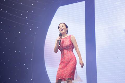Hồng Nhung phấn khích lao xuống sân khấu hát cùng khán giả Hong-nhung-phan-lao-xuong-san-khau-hat-cung-khan-gia010-ngoisao.vn