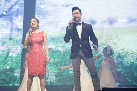 Hồng Nhung phấn khích lao xuống sân khấu hát cùng khán giả Hong-nhung-phan-lao-xuong-san-khau-hat-cung-khan-gia011-ngoisao.vn