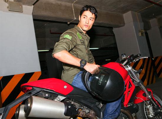 Johnny Trí Nguyễn khoe vẻ nam tính bên Ducati