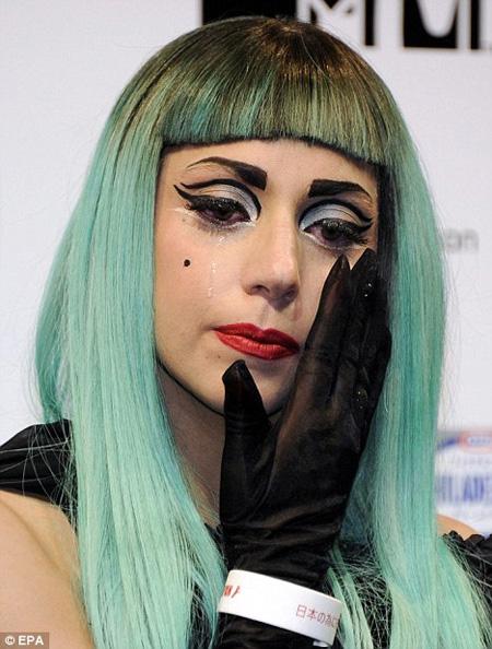 Lady Gaga, Sao ca nhạc, Scandal, Sóng thần Nhật Bản, We pray for Japan