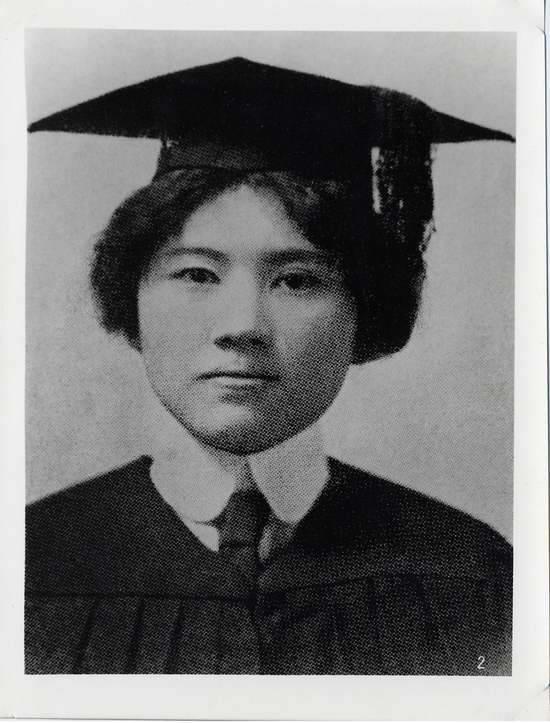 """Tống khánh Linh trong lễ tốt nghiệp đại học Weslayan,Mỹ, mùa xuân năm 1913. Phía sau bức ảnh có lời đề tựa của một người bạn: """"Nét đẹp tâm hồn luôn hiện hữu trên dung nhan của cô ấy""""."""