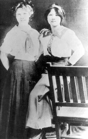 Tống Khánh Linh cùng bạn học tại trường Weslayan, năm 1912. Ở đây, bà được gọi bằng một cái tên tiếng Anh trìu mến: Rasamond