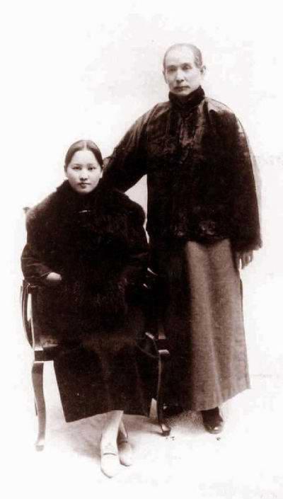 Một bức ảnh không rõ ngày chụp của vợ chồng Tống Khánh Linh