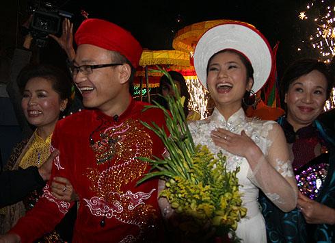 Mẹ chú rể (đứng cạnh Diệu Hương) và mẹ cô dâu (đứng cạnh Ngọc Linh) mỉm cười hạnh phúc trước niềm vui của hai con.