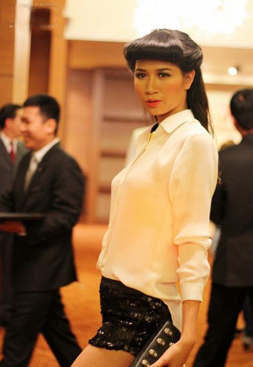 Học lỏm sao Việt phối đồ với sơ mi trắng - 17