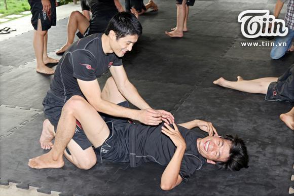Johnny Trí Nguyễn,người yêu,khóc,rơi lệ,Trí Nguyễn,resort,võ đường,diễn viên,võ sư,dạy võ,tập võ