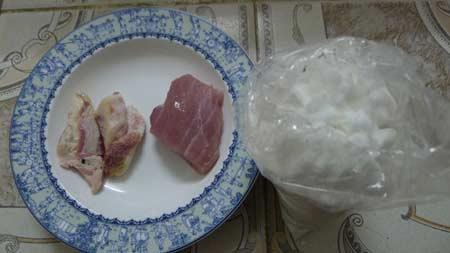 Miếng thịt này đã để 3 ngày buộc kín trong nilon, bốc mùi thiu thối, phần mỡ chuyển sang màu vàng