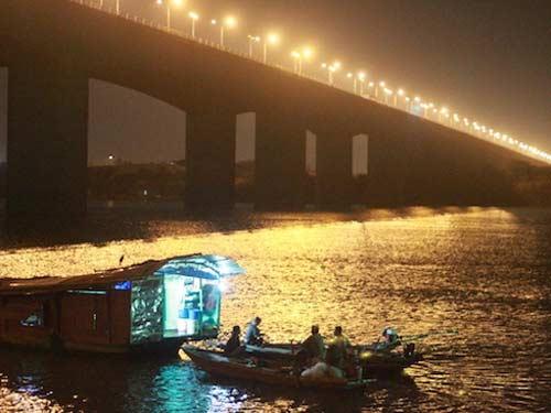 Xuyên đêm tìm xác chị Huyền dưới chân cầu Thanh Trì - 1