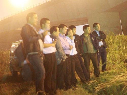 Xuyên đêm tìm xác chị Huyền dưới chân cầu Thanh Trì - 8