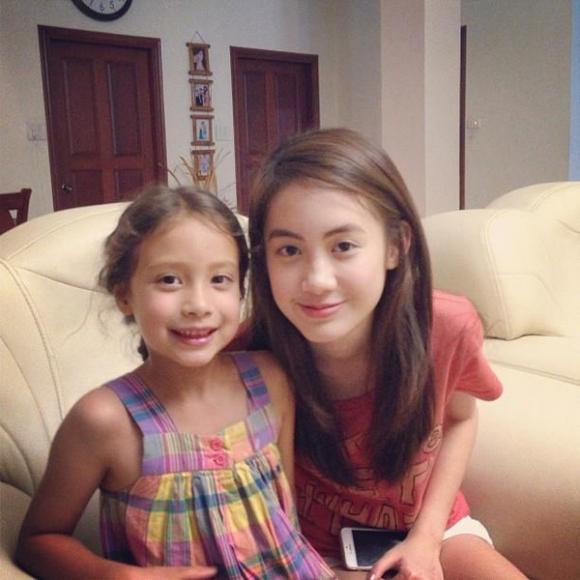 Chichi chụp ảnh cùng em gái