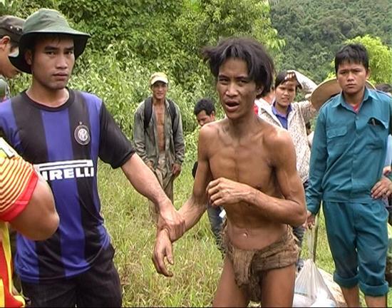 Hai cha con ông Hồ Văn Thanh và Hồ Văn Lang được đưa về sau 40 năm sinh sống trong rừng.