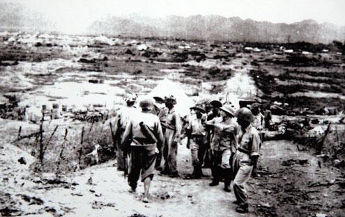 Đại tướng Võ Nguyên Giáp thăm chiến trường Điện Biên Phủ sau chiến thắng vĩ đại 7/5/1954.