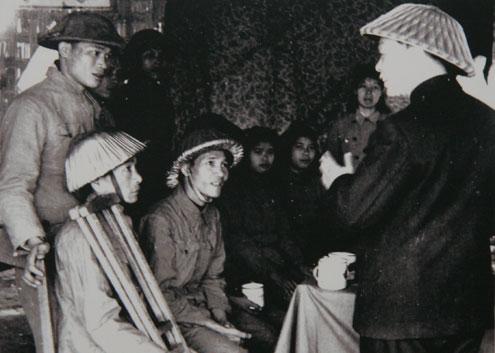 Sau chiến thắng Điện Biên Phủ, đại tướng đi thăm thương bệnh binh (1954).