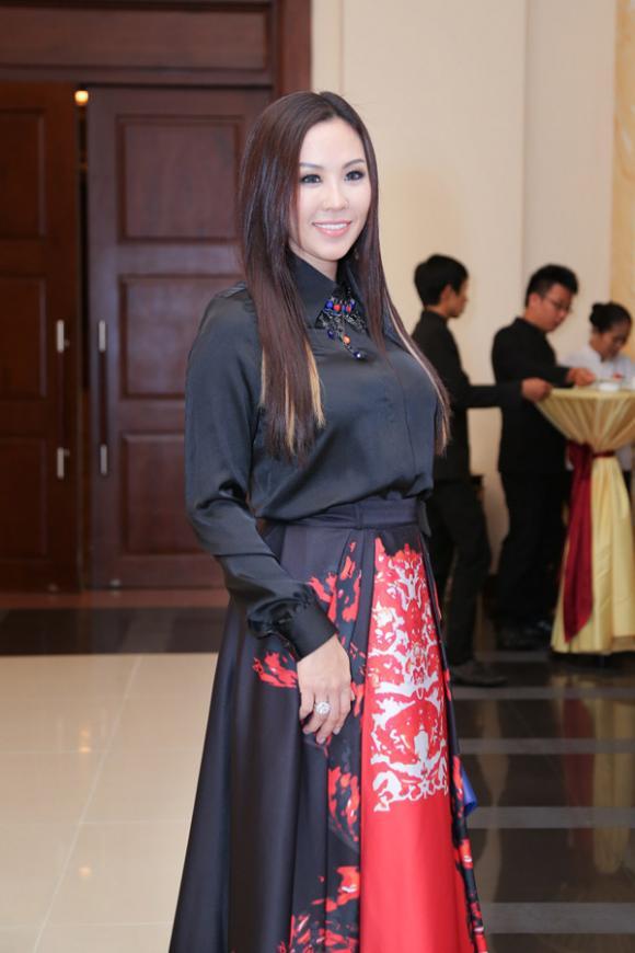 sao Việt, Hoa hậu phu nhân, hoa hậu Thu Hoài, Thu Hoài diện váy hiệu, sao Việt diện váy hiệu