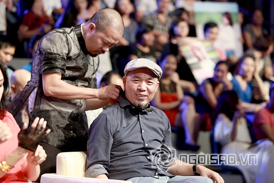 Đức Hùng, NTK Đức Hùng, Huy Tuấn, nhạc sỹ Huy Tuấn, Đức Hùng chỉnh áo cho Huy Tuấn trong đêm Sao Mai điểm hẹn