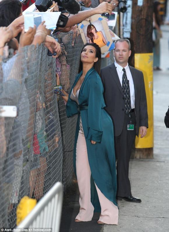 Kim Kardashian, Kim siêu vòng ba, áo cúp ngực nhọn hoắt, sao mặc đẹp