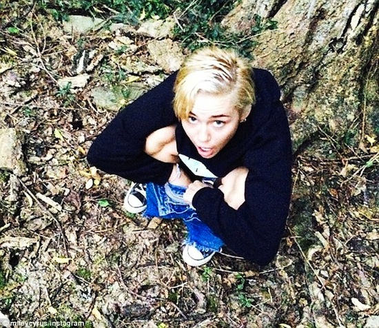 Miley Cyrus, Miley Cyrus phản cảm, Miley Cyrus đi vệ sinh giữa thiên nhiên, Miley Cyrus đi bậy, Miley Cyrus tồng ngông đi vệ sinh