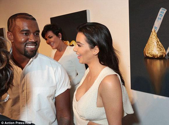 Kim Kardashian,Kanye West,North West,Kim Kardashian diện áo như khăn tắm