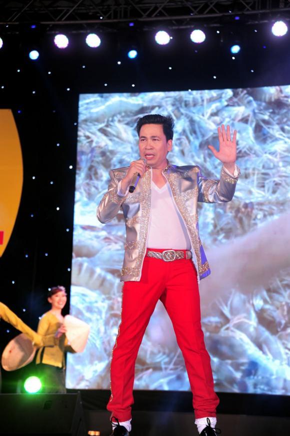 sao Việt, Hồ Quang Hiếu, Hồ Quang Hiếu bị fan cuồng bao vây xe, Long Nhật giả gái, Dương Ngọc Thái, NSND Lệ Thủy, Ngọc Sơn bỏ show