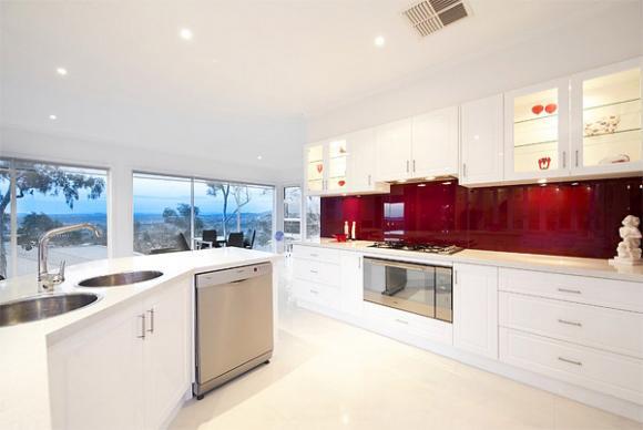 1 red glass backsplash Cùng nhìn qua những mẫu kính tường bắt mắt cho phòng bếp