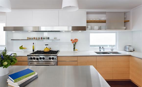 2 white color backsplash Cùng nhìn qua những mẫu kính tường bắt mắt cho phòng bếp