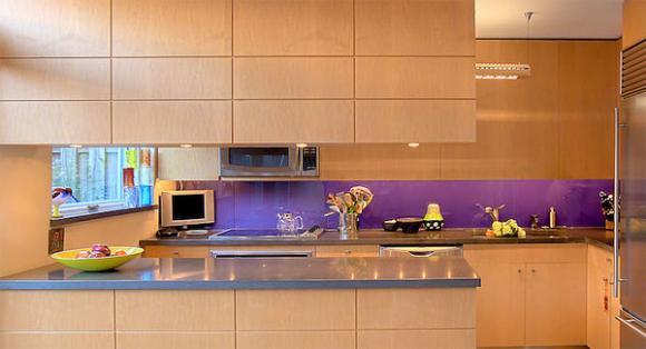 3 purple back painted Cùng nhìn qua những mẫu kính tường bắt mắt cho phòng bếp