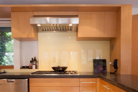 7 cream painted backsplash Cùng nhìn qua những mẫu kính tường bắt mắt cho phòng bếp