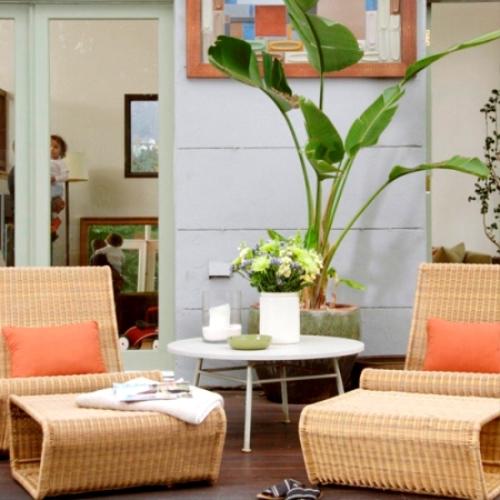 Bạn có thể trồng rau củ trong các chậu nhỏ và đặt quanh khu vực cửa sổ phòng bếp hoặc phòng khách. Ý tưởng này không những giải quyết vấn đề rau sạch cho gia đình bạn mà còn làm đẹp, đưa thiên nhiên đến gần hơn với không gian sống của bạn.