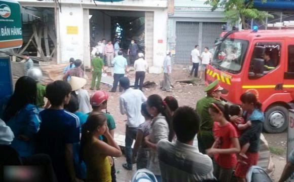 Cảnh sát,cảnh sát di chuyển valy nghi đựng thi thể nạn nhân