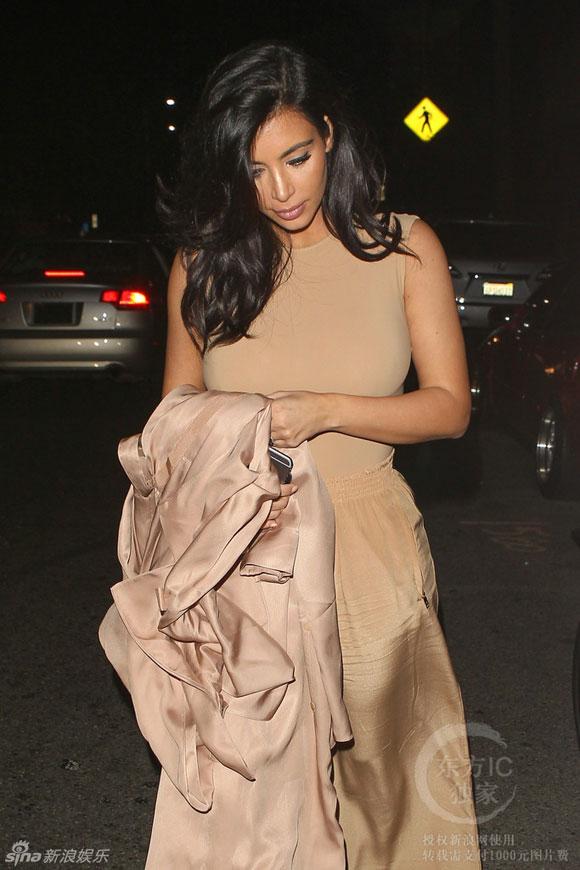 Kim Kardashian,sao Hollywood,Kim ăn mặc luộm thuộm,Kim siêu vòng ba,chiếc quần nhăn nhúm của Kim