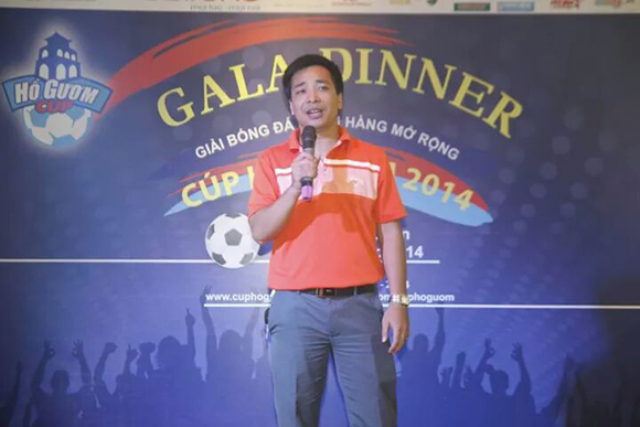 Bóng và áo đấu có chữ ký của Ngôi Sao FC bán đấu giá 100 triệu đồng