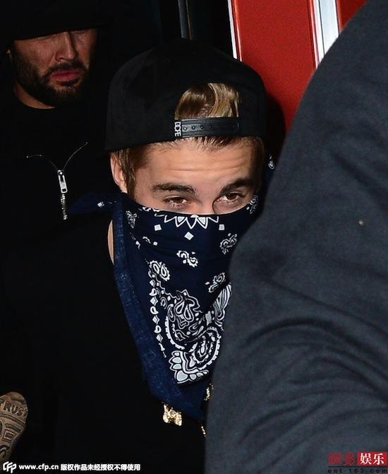 Justin Bieber, ca sĩ Justin Bieber, Justin che mặt kín mít, Justin thập thò như ăn trộm, Jusstin như ăn trộm, Justin tránh phóng viên, Justin tránh người hâm mộ