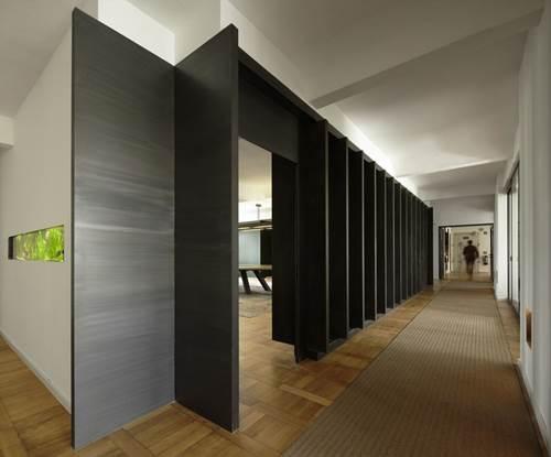 1402941595 modern hallway in narrow and long shape inside the jung von matt office with black solid wood door and laminate floor wicker carpet 936x777 jpg2 THiết kế và trang điểm cho hành lang thêm cuốn hút