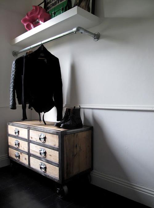 1404448436 6 jpg5 Gợi ý thiết kế tủ quần áo mở lý tưởng cho phòng ngủ nhỏ