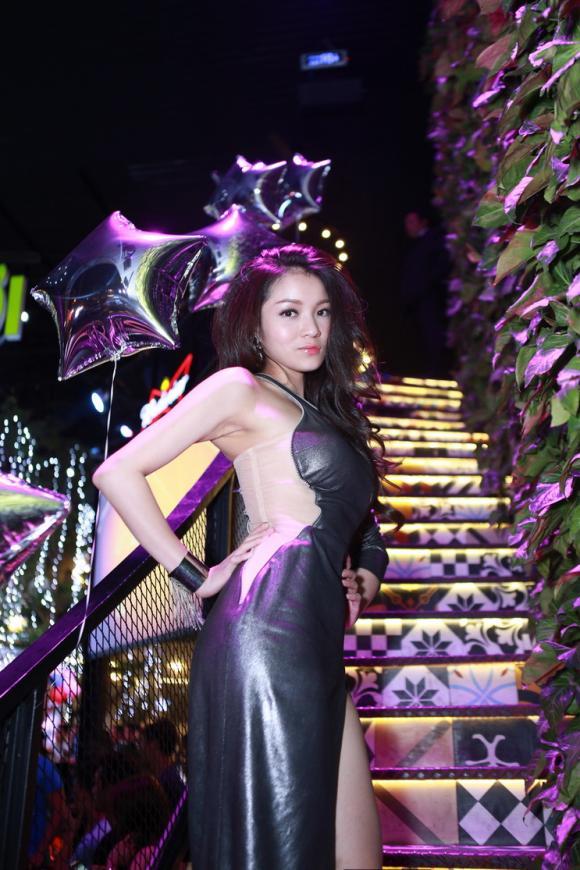 Thủy Top,thời trang của Thủy Top,Thủy Top diện váy xẻ,sao Việt,sao Viet