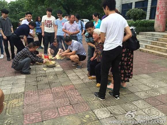nữ sinh bị bạn trai đâm nhiều nhát ngay sân trường 1