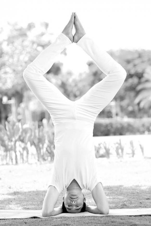 Nguyễn Phi Hùng, Nguyễn Phi Hùng khoe cơ thể dẻo dai, Nguyễn Phi Hùng tập Yoga, ngày kỉ niệm Yoga toàn thế giới