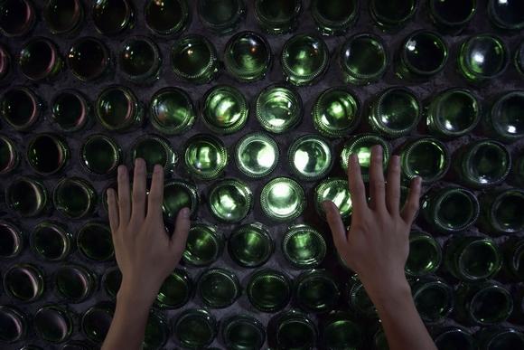 ngôi nhà xây bằng hàng ngàn chai thủy tinh đôc đáo 2