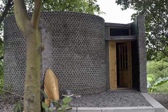 ngôi nhà xây bằng hàng ngàn chai thủy tinh đôc đáo 1